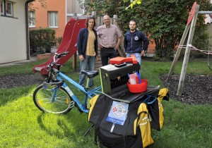 SpielgeräteprüferInnen umweltbewusst mit Lastenfahrrad in Wien unterwegs (copyright: Schaub-Walzer / PID)