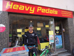 Flo war von März bis Juli 2015 und ist wieder ab Oktober 2015 als fest angestellter Lastenradbote für Heavy Pedals unterwegs und ist momentan auf großer Radreise.