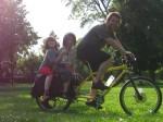 """zwei kinder werden am xtracycle mit den """"footsies"""" genannten fusstützen sicher transportiert"""