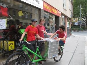 Von Links nach Rechts: Flo & Höfi (Heavy Pedals), Sander (cargo vélo) mit seinem neuen Trtuck