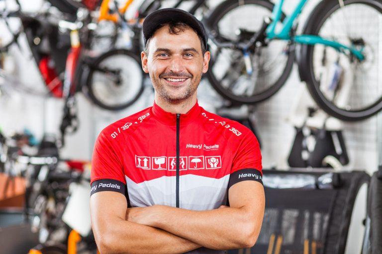 Florian Hofer im rot/grauen Heavy Pedals Radtrikot
